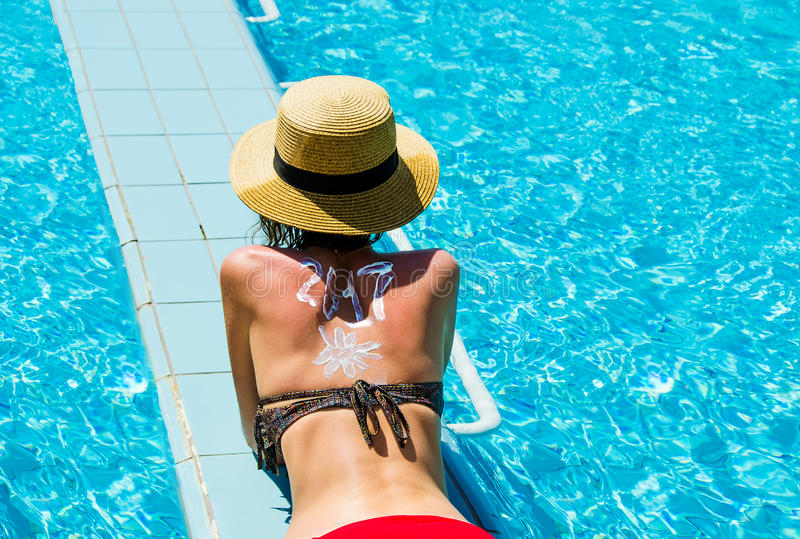 La femme célèbrent le ` de nouvelle année s Ève dans la station de vacances tropicale 2017 écrit dessus soutiennent par le suncre photo libre de droits