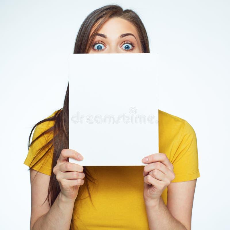 La femme cache le visage derrière le panneau blanc de signe images stock