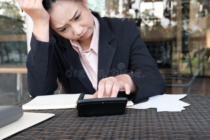 La femme calculent les factures domestiques à la maison Femme d'affaires employant le CALC photographie stock