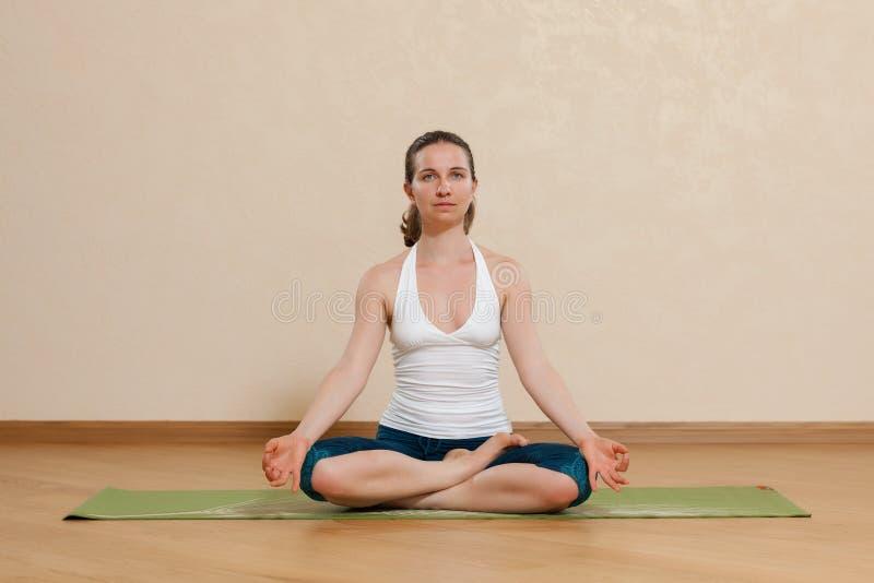 La femme caucasienne pratique le yoga au studio images libres de droits