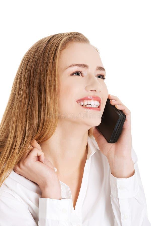 La femme caucasienne sensuelle attirante d'affaires parle par le téléphone images libres de droits