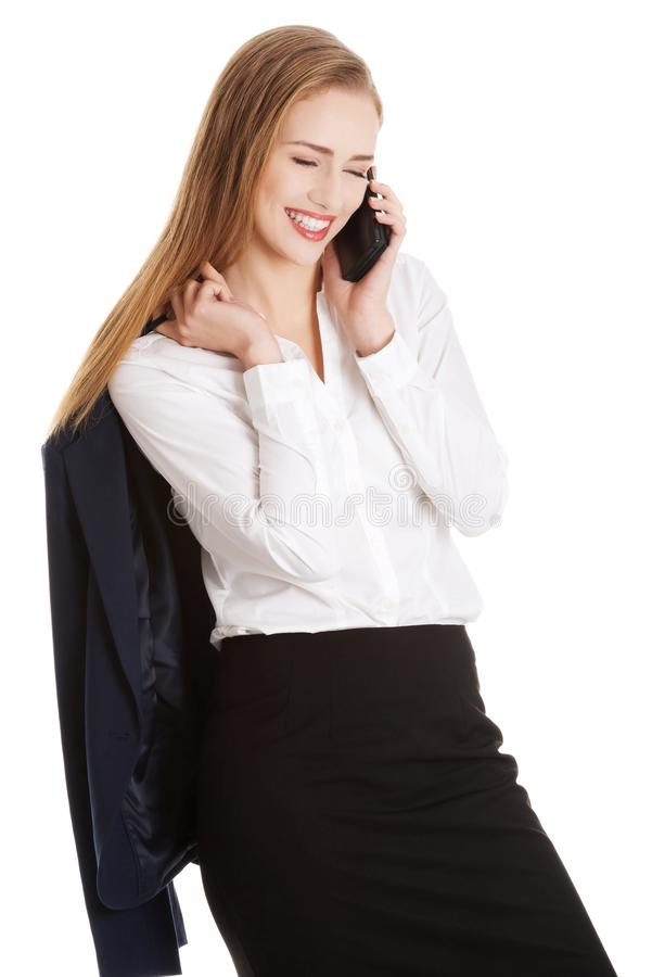 La femme caucasienne sensuelle attirante d'affaires parle par p photo libre de droits