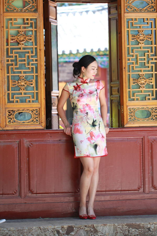 La femme chinoise asiatique dans le cheongsam traditionnel apprécient le temps gratuit image stock