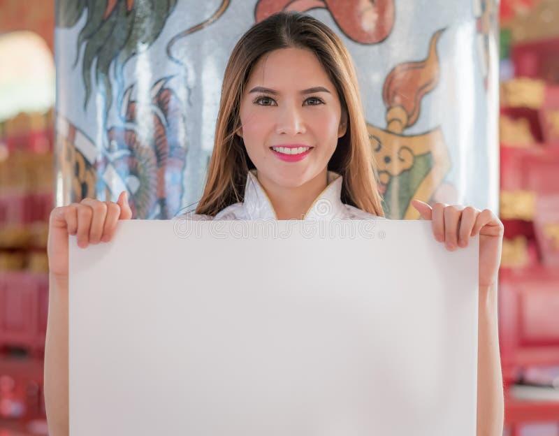 La femme chinoise asiatique en blanc vide de prise de chinois traditionnel photo stock