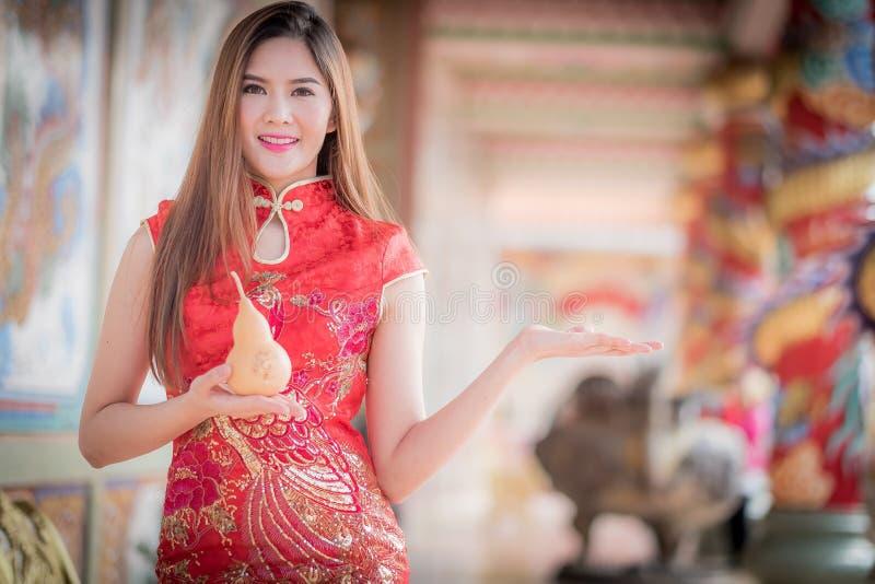 La femme chinoise asiatique en calebasse de prise de chinois traditionnel photos libres de droits