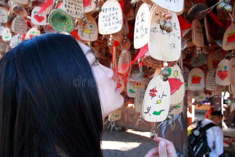 La femme chinoise font un souhait photographie stock
