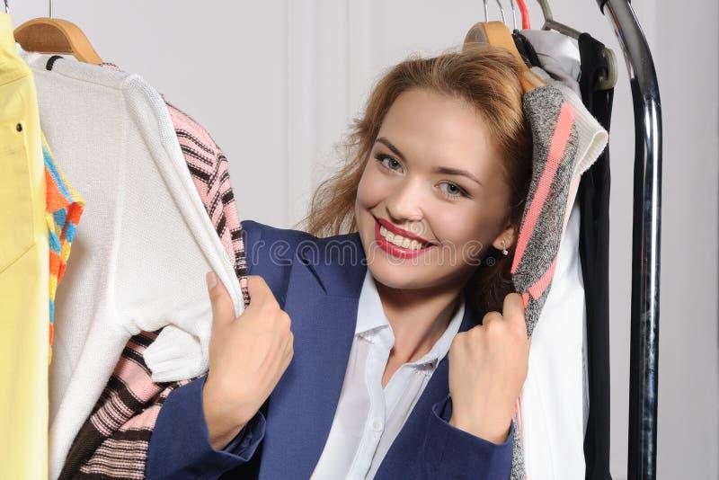 Download La Femme Choisit Des Vêtements Dans La Boutique De Vêtements Photo stock - Image du affaires, client: 56475860