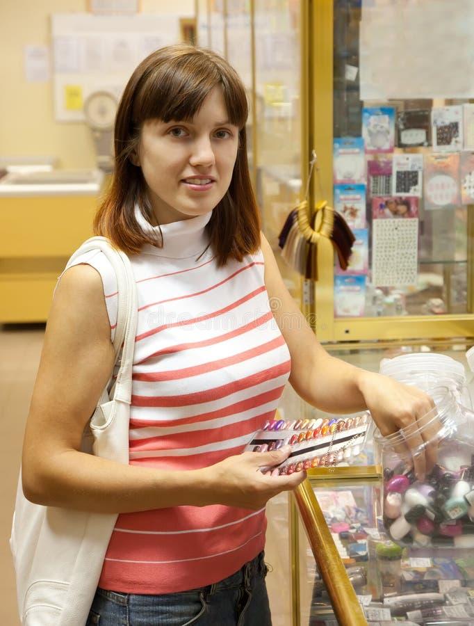 La femme choisit le vernis de clou images libres de droits