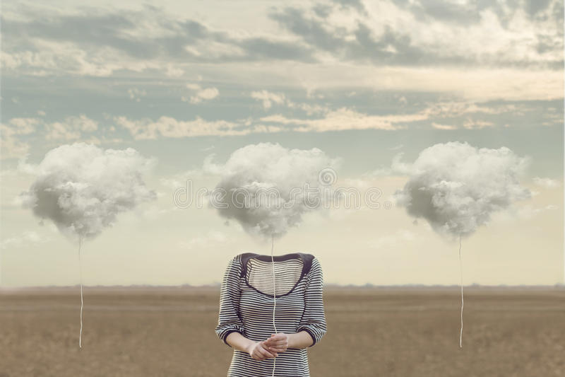 La femme choisit son nuage pour cacher son visage photographie stock