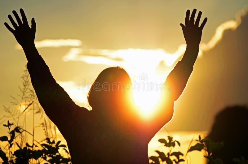 La femme chrétienne adore et félicite Dieu espérant la prière répondue image stock