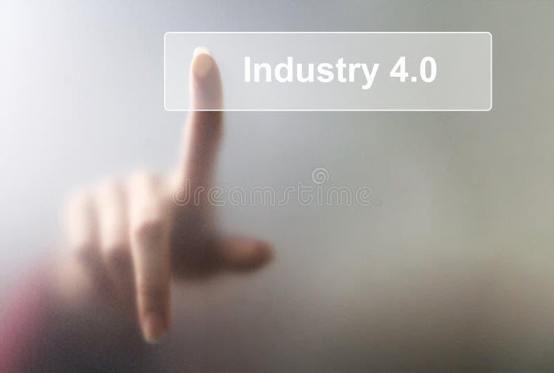 La femme a cliqué sur l'industrie 4 de bouton 0 sur l'écran tactile photo stock