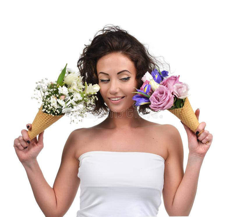 La femme comparant le bouquet deux du chrysanthème et de l'iris de gypsophila de tulipe fleurit photos libres de droits