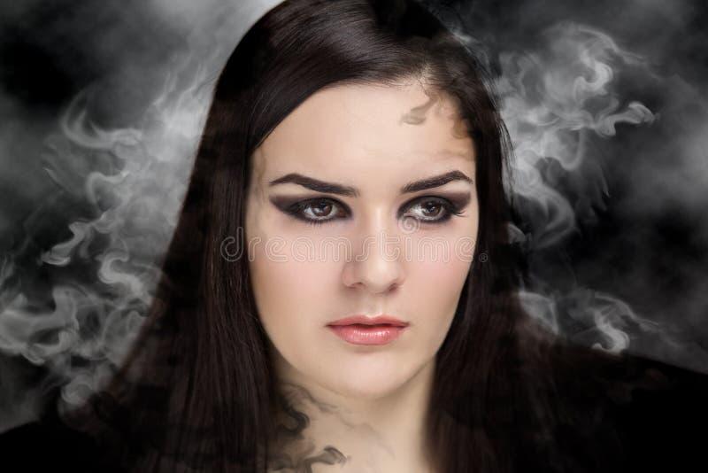 La femme composent les yeux fumeux photo stock