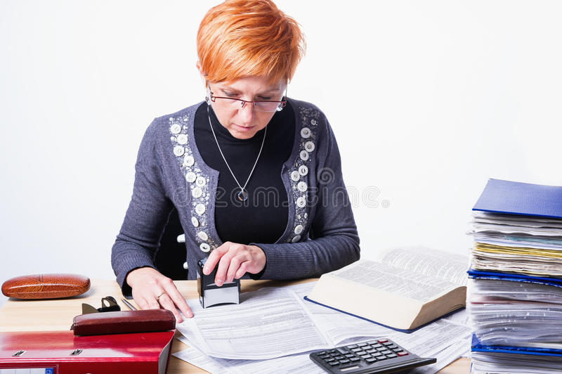 La femme compte des impôts photo stock