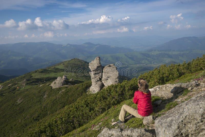 La femme contemple des montagnes photographie stock