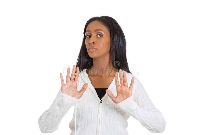 La femme contrariée soulevant des mains disent jusqu'à non la droite d'arrêt là photographie stock