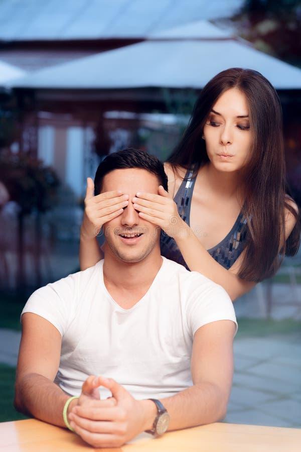 La femme couvrant Man's observe le prenant par surprise un rendez-vous avec une personne inconnue photo libre de droits