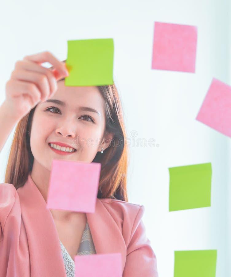 La femme créative d'affaires écrit l'idéal et le but dessus à t image libre de droits
