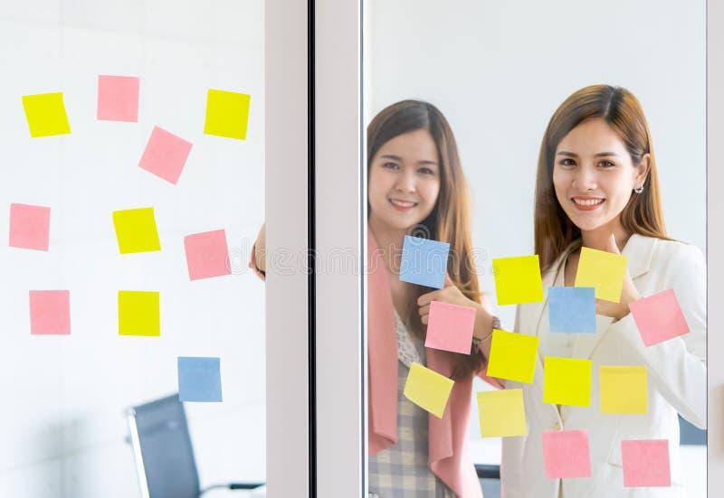 La femme créative d'affaires écrit l'idéal et le but dessus à t image stock