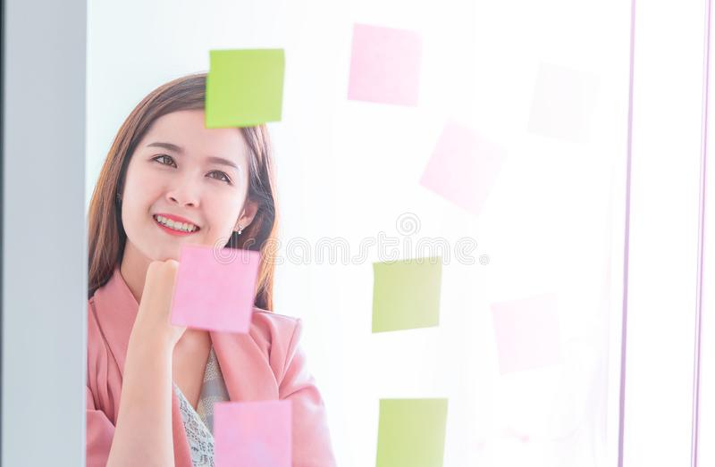 La femme créative d'affaires écrit l'idéal et le but dessus à t images stock