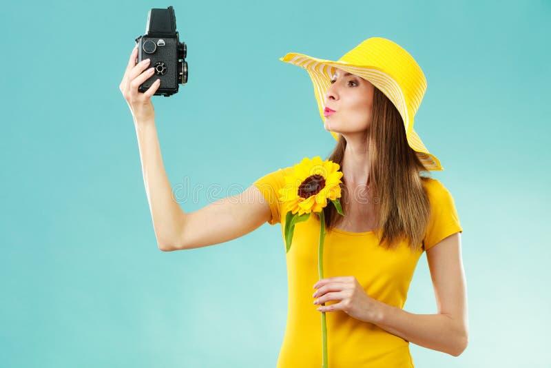 Download La Femme D'été Tient Le Vieil Appareil-photo De Tournesol Image stock - Image du jaune, loisirs: 87704891