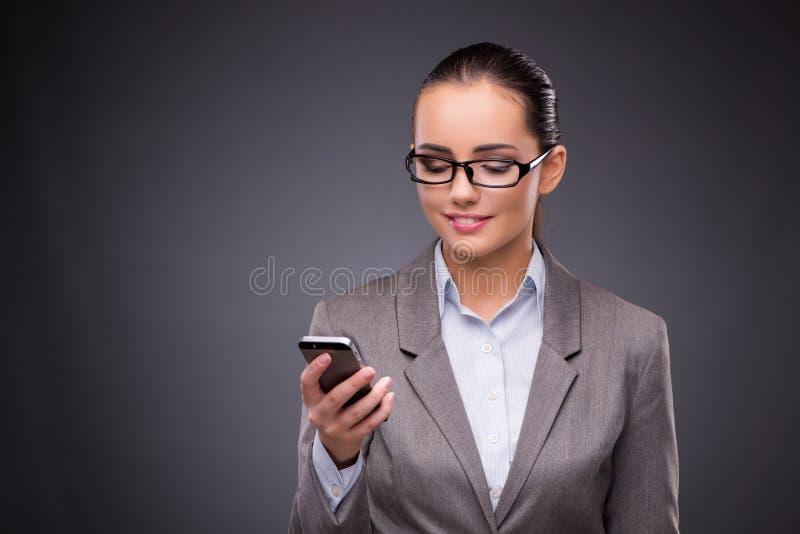 La femme d'affaires à l'aide du téléphone portable dans le concept d'affaires photo libre de droits