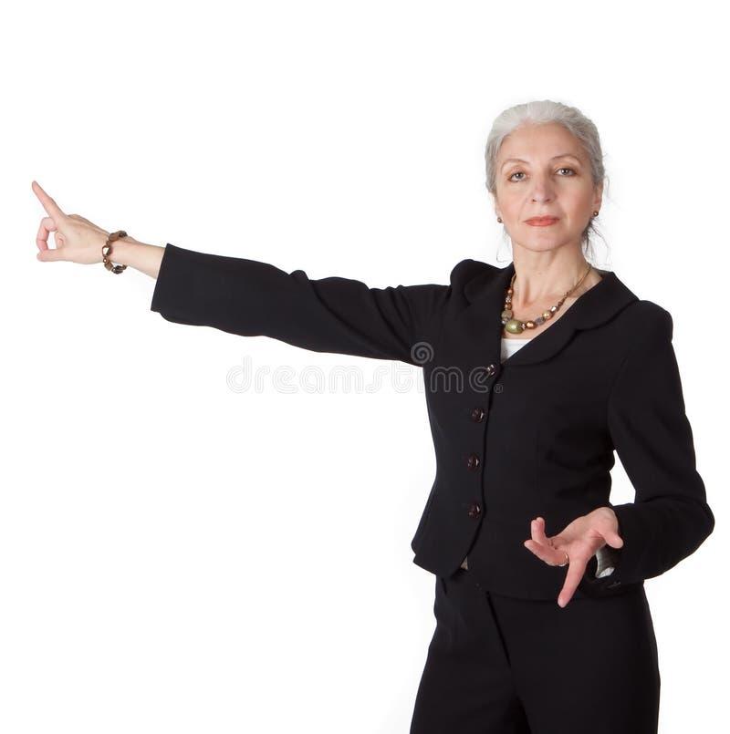 La femme d'affaires aînée se présente image stock