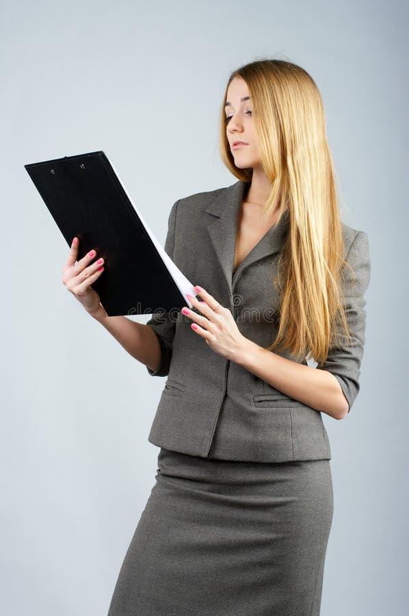 La femme d'affaires affiche quelques documents photos stock