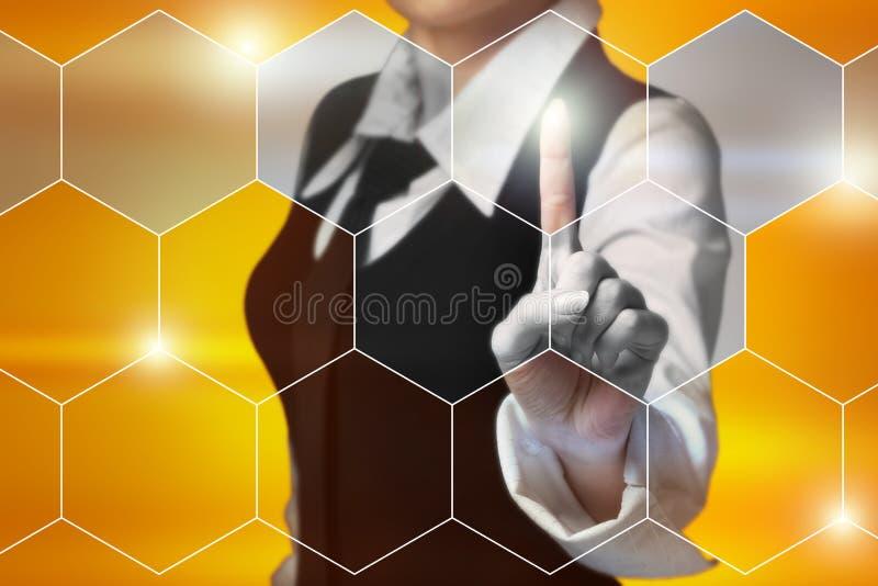 La femme d'affaires appuie sur un bouton sur l'écran virtuel photo libre de droits