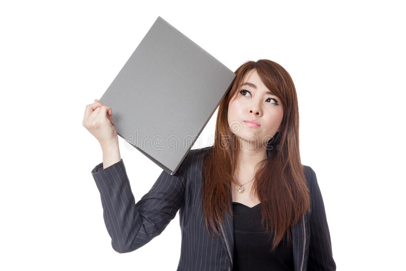 La femme d'affaires asiatique oublient que quelque chose a mis un dossier à sa tête photographie stock libre de droits