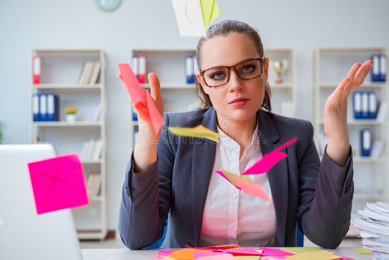 La femme d'affaires avec des priorités contradictoires dans le bureau photos libres de droits