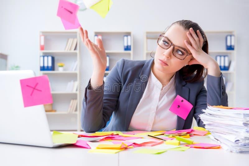 La femme d'affaires avec des priorités contradictoires dans le bureau photo stock