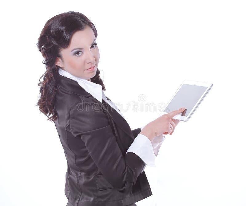 La femme d'affaires avec la main sur la Tablette d'ordinateur a dedans isolé un fond blanc image stock