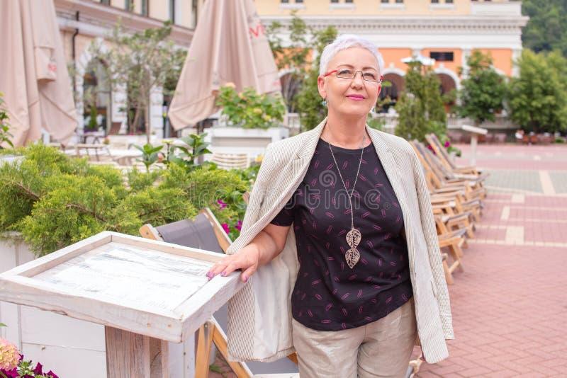 La femme d'affaires belle se repose à l'étranger photo stock