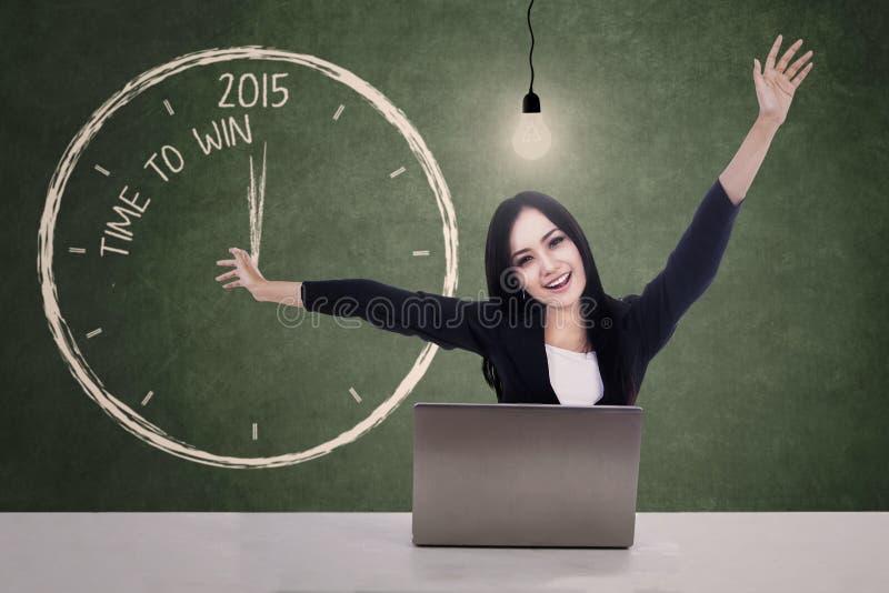 La femme d'affaires célèbrent l'heure de gagner en 2015 images stock