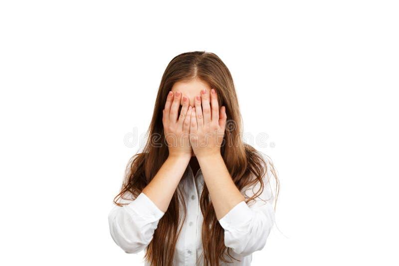 La femme d'affaires couvre son visage de ses mains photo stock