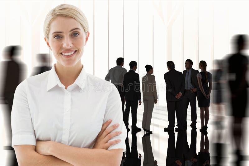 La femme d'affaires croise ses bras sur le fond de lieu de travail image stock