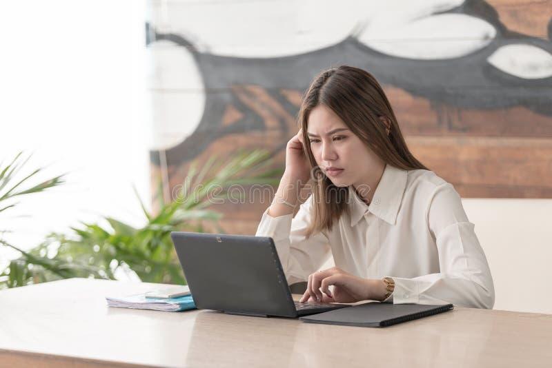 La femme d'affaires d'effort ont des problèmes et inquiètentes images libres de droits