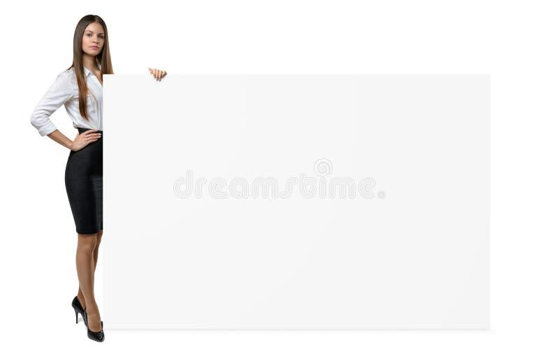 La femme d'affaires dans l'habillement officiel juge le côté de la bannière vide d'isolement sur le fond blanc image stock