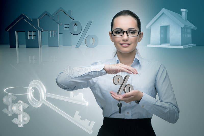 La femme d'affaires dans le concept d'hypothèque immobilière photos libres de droits