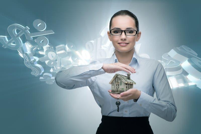 La femme d'affaires dans le concept d'hypothèque immobilière images stock