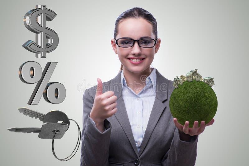 La femme d'affaires dans le concept d'hypothèque immobilière photos stock