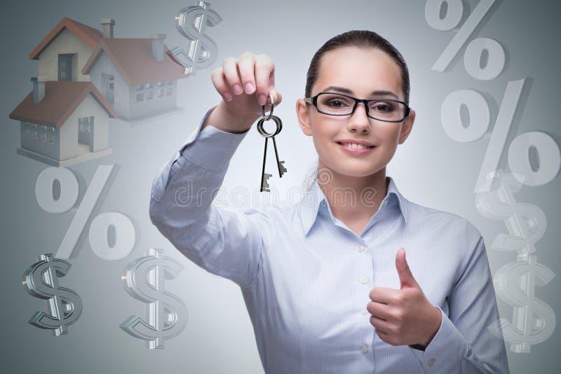 La femme d'affaires dans le concept d'hypothèque immobilière image libre de droits