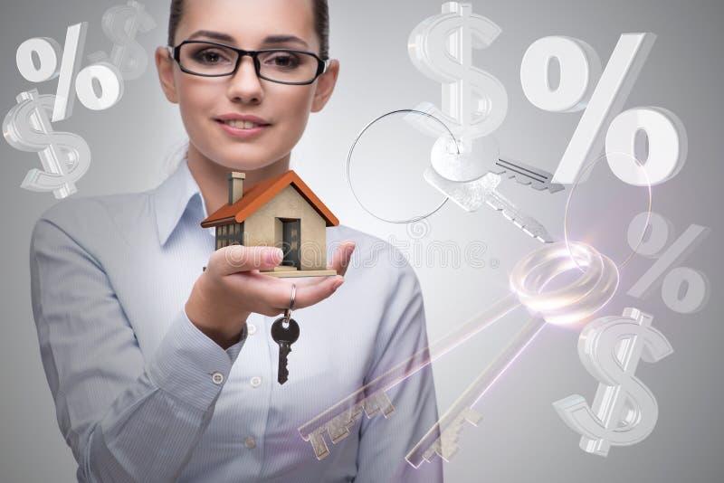 La femme d'affaires dans le concept d'hypothèque immobilière photographie stock libre de droits