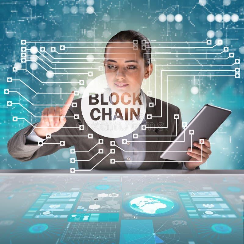 La femme d'affaires dans le concept de cryptocurrency de blockchain photos stock