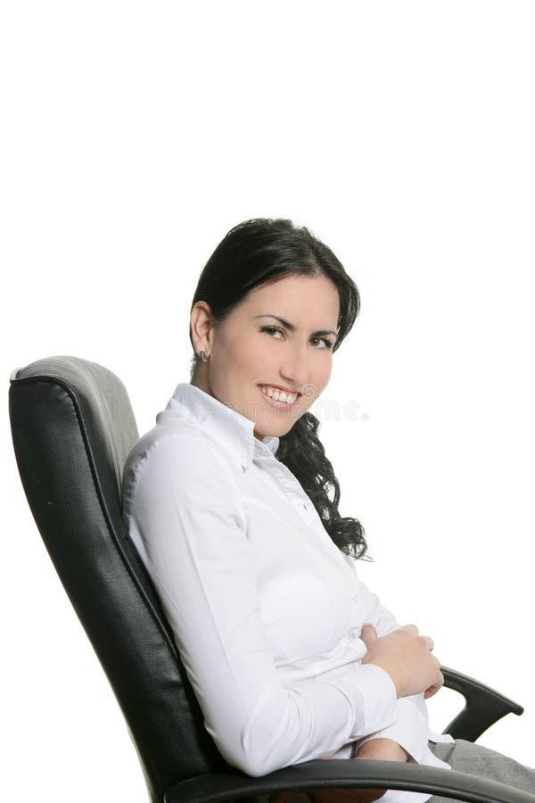 La femme d'affaires de Brunette s'asseyent sur la présidence de bureau photos stock