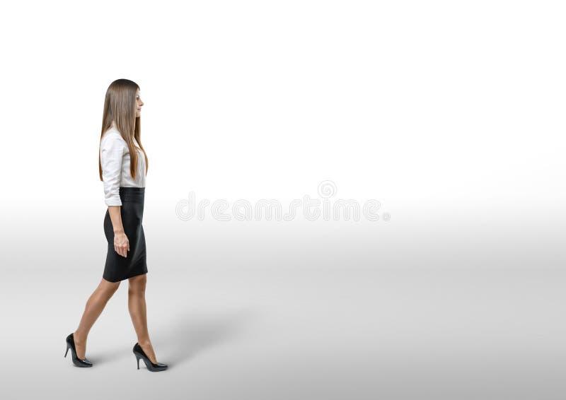 Download La Femme D'affaires De Coupe-circuit Dans Une Robe De Bureau Va Dégrossir Image stock - Image du modèle, fille: 77155997