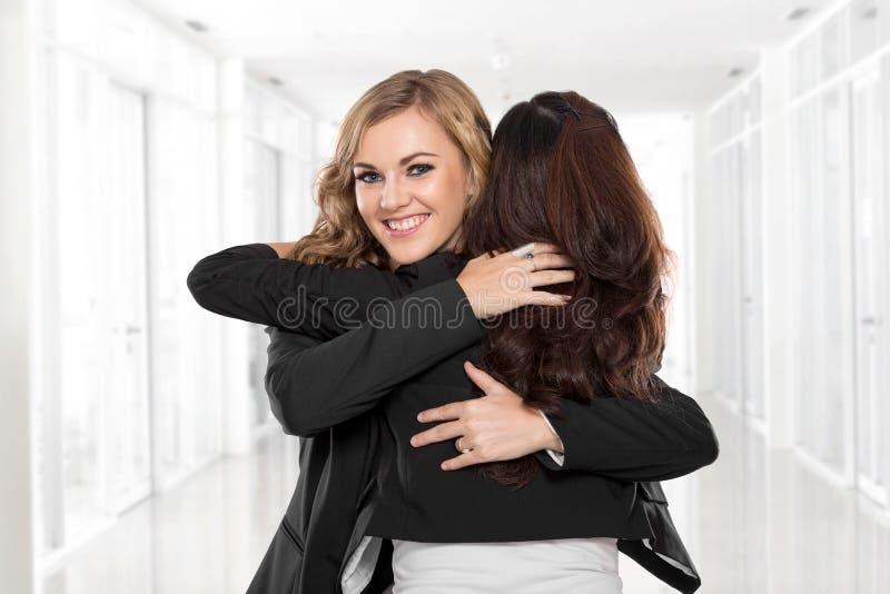 La femme d'affaires de deux jeunes ont une réconciliation photo stock
