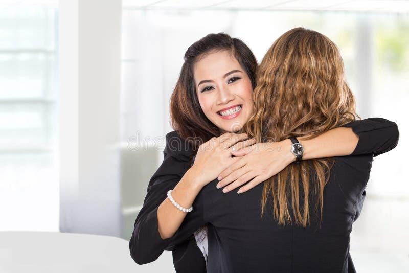 La femme d'affaires de deux jeunes ont une réconciliation, images libres de droits