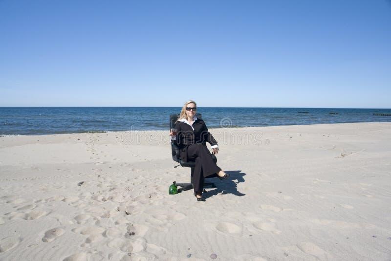 la femme d'affaires de plage détend photographie stock